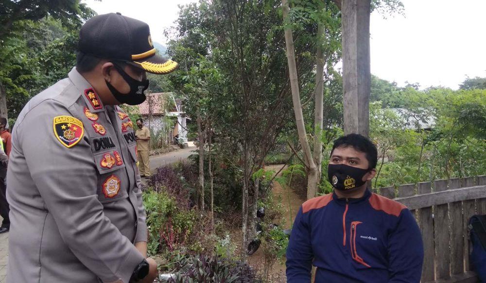 Kapolres Mojokerto AKBP Dony Alexander saat berbincang dengan Yahya, pendaki asal Surabaya yang sempat dikabarkan hilang bersama seorang temannya