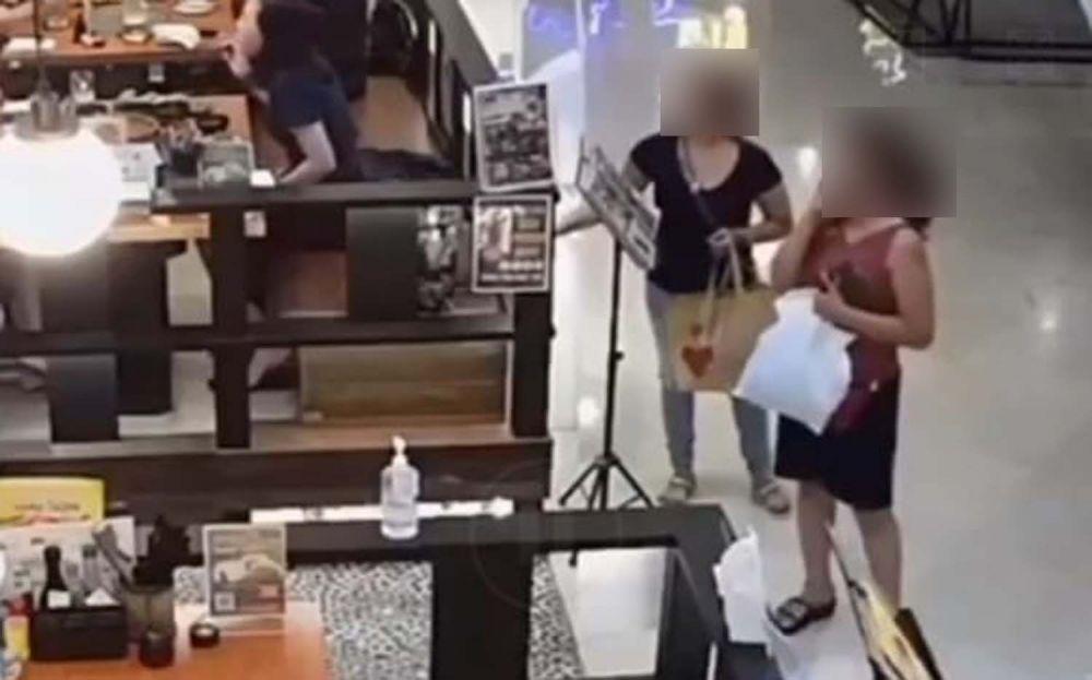 Dua wanita yang diduga mencuri tas di salah satu mal di Surabaya