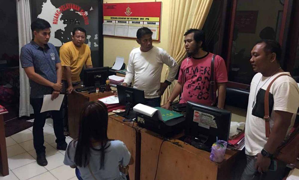 NI, terduga mucikari diinterogasi penyidik Resmob Satreskrim Polres Situbondo