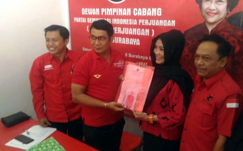 Dyah Katarina mengembalikan formulir pendaftaran bacawali ke Kantor PDI Perjuangan Surabaya