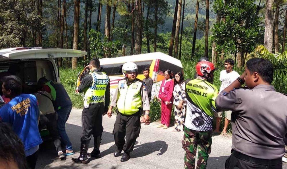 Petugas mengevakuasi salah satu korban