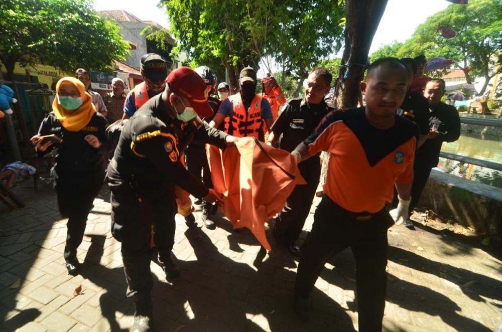 Petugas membawa mayat bayi ke Kamar Mayat RSU dr Soetomo Surabaya