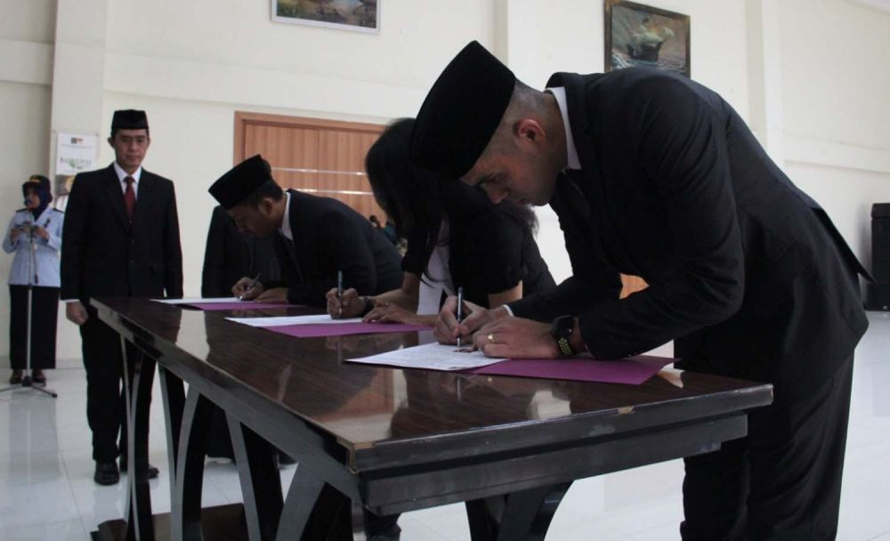 Fabiano saat menandatangani pelantikan dirinya sebagai WNI di Kantor Kanwil Kemenkumham Jatim