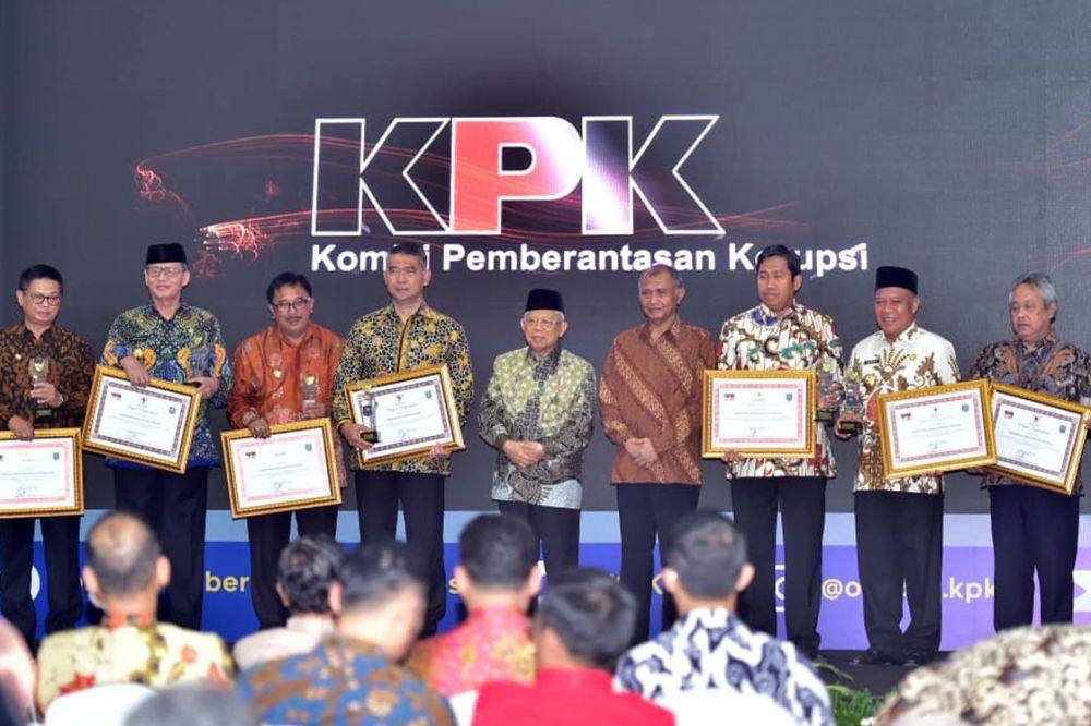 Bupati Lamongan Fadeli saat menerima penghargaan bersama perwalikan 9 pemerintah provinsi dan kabupaten/kota yang menerima apresiasi