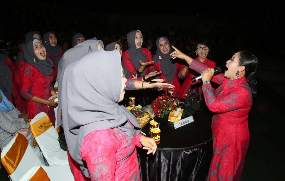 Salah satu bintang tamu Festival Gending Using mengajak para pengunjung bernyanyi bersama