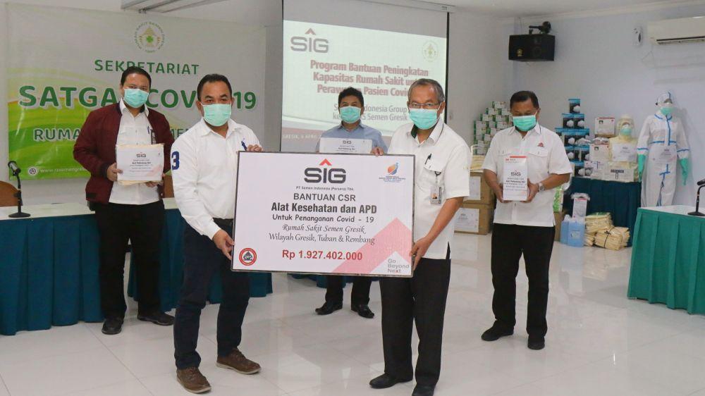 PT Semen Indonesia (SIG) memberikan bantuan alat kesehatan dan alat pelindung diri (APD) senilai Rp 1,93 miliar bagi tenaga medis di Rumah Sakit Semen Gresik (RSSG)
