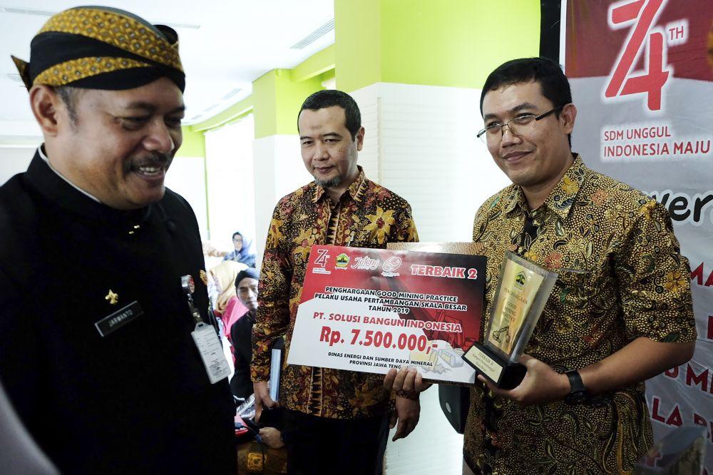 Kepala Dinas EDSM Jateng Sujarwanto Dwiatmoko menyerahkan penghargaan Good Mining Practice 2019 kepada General Manager Pabrik Cilacap PT Solusi Bangun Indonesia Tbk, Edi Sarwono