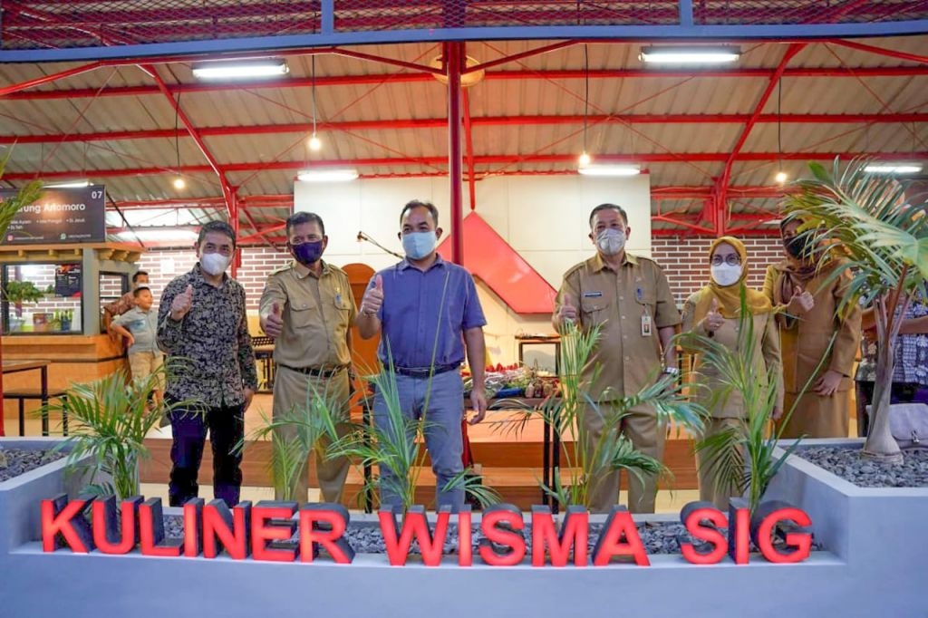 General Manager of CSR SIG, Edy Saraya (tengah berbaju biru) saat meresmikan Kuliner Wisma SIG