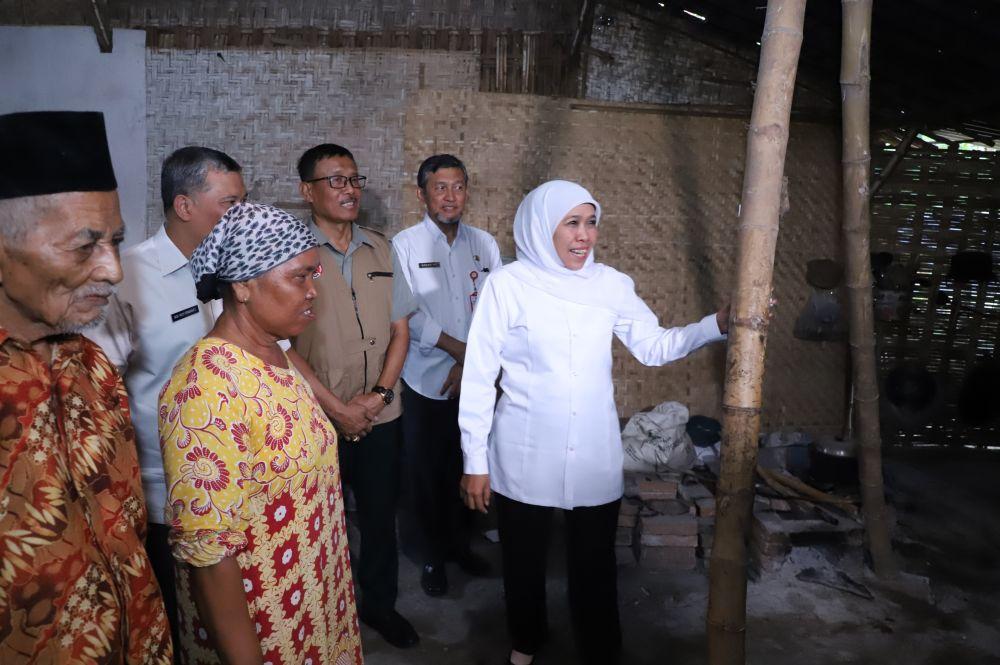 Gubernur Khofifah juga meninjau rumah warga yang terdampak hujan angin di Bojonegoro