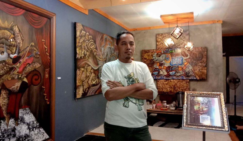 Joko Iwan dan galeri seni di rumahnya di Gresik