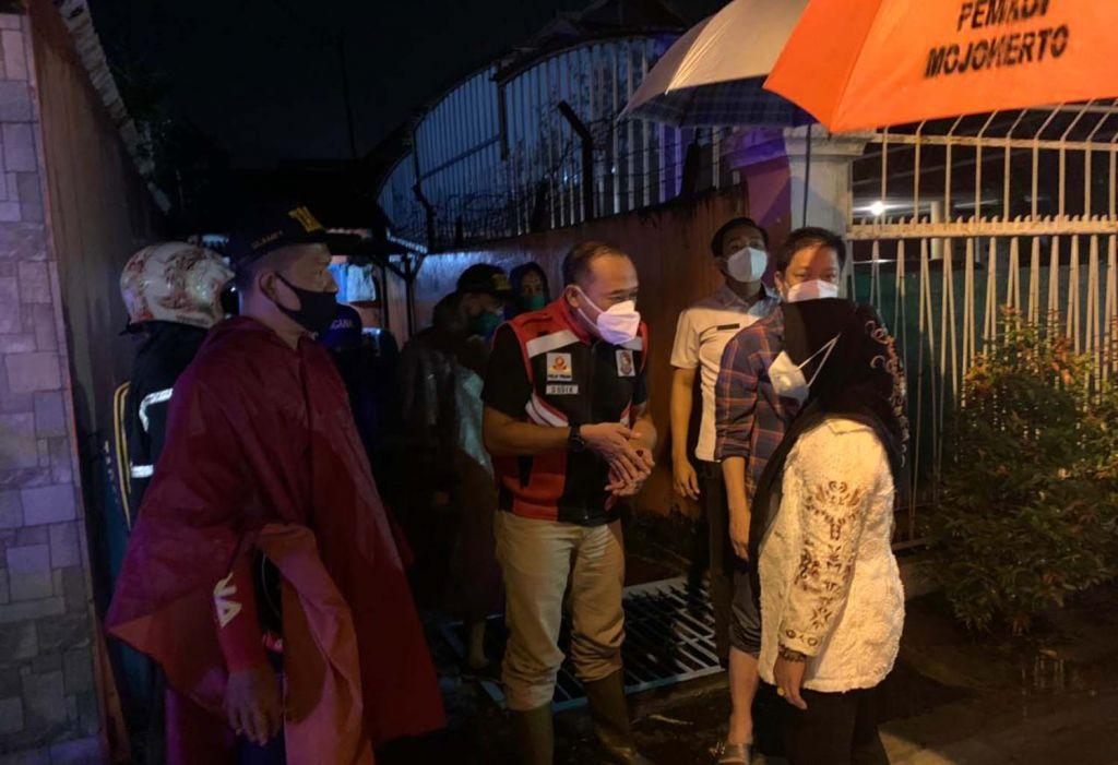 Wali Kota Mojokerto Ika Puspitasari saat mengecek rumah pompa