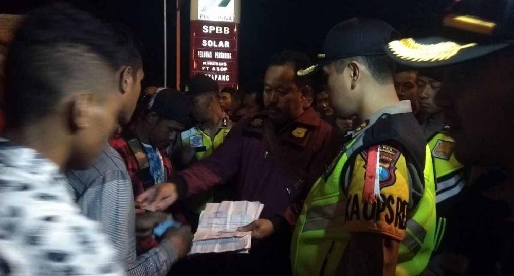 Kapolres Banyuwangi, AKBP Taufik Herdiansyah ikut memeriksa identitas para penumpang bus