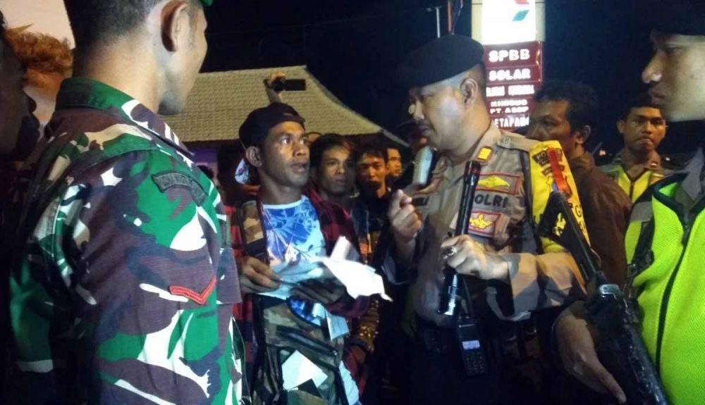 Personel TNI dan Polri memeriksa identitas para penumpang Bus Lorena di Palabuhan Ketapang, Banyuwangi