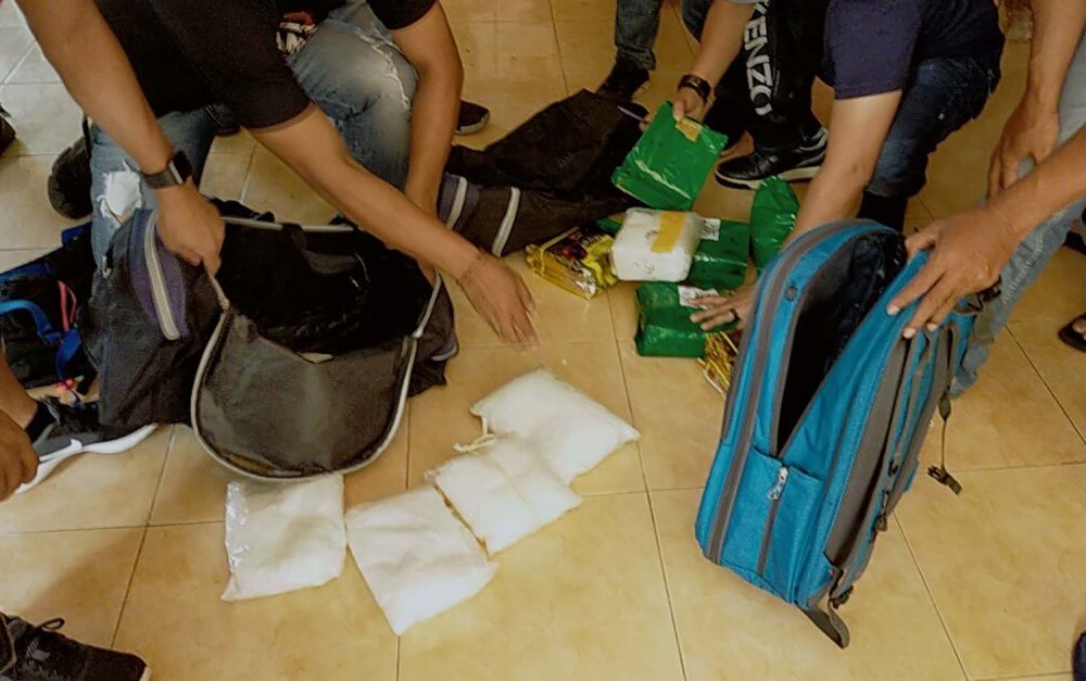 Proses penggerebekan sindikat narkoba jaringan Malaysia-Surabaya oleh Tim Satresnarkoba dan Satreskrim Polrestabes Surabaya