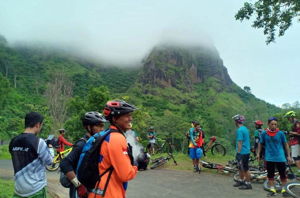 Para pesepeda menikmati keindahan alam dari puncak Gunung Gajah, Ponorogo