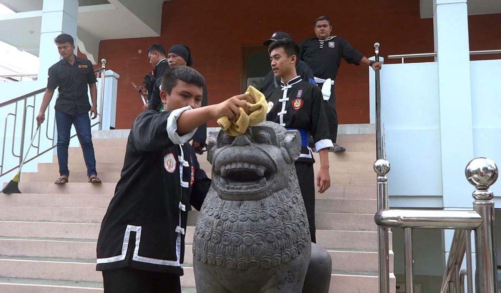 Para anggota perguruan silat membersihkan semua bagian tempat ibadah di Tulungagung