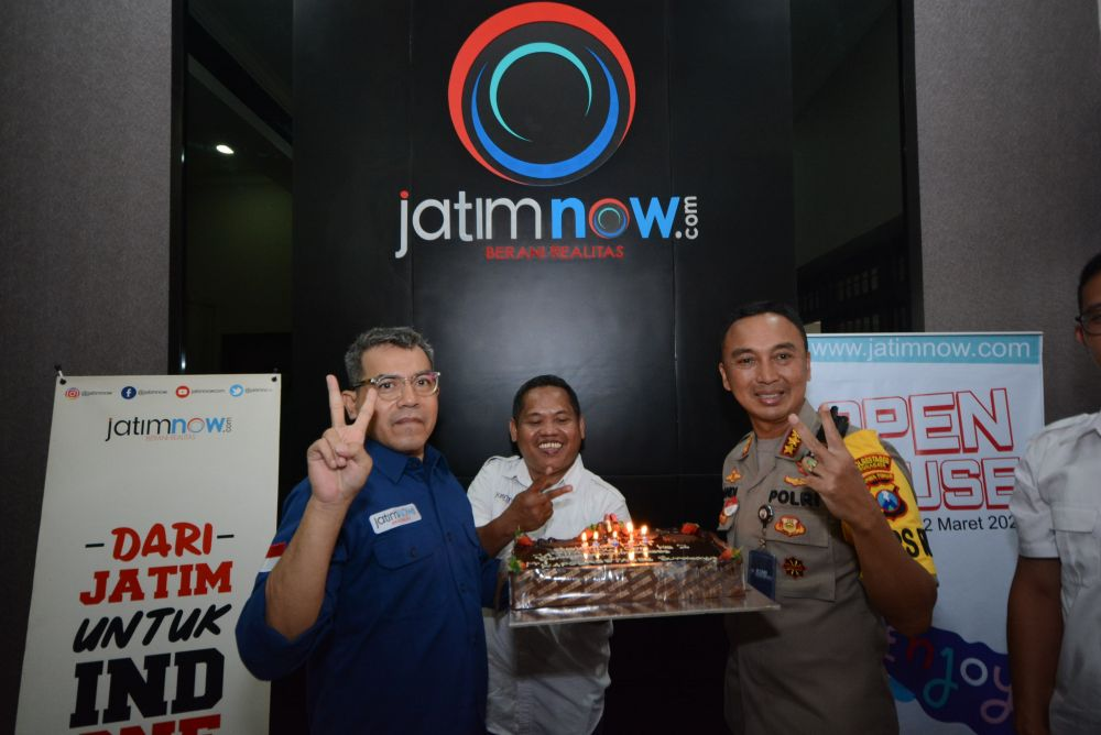 Kapolrestabes Surabaya Kombes Pol Sandi Nugroho memberikan kue ucapan selamat ulang tahun ke 2 jatimnow.com kepada Pemred Budi Sugiharto dan Wapemred Rois Jajeli