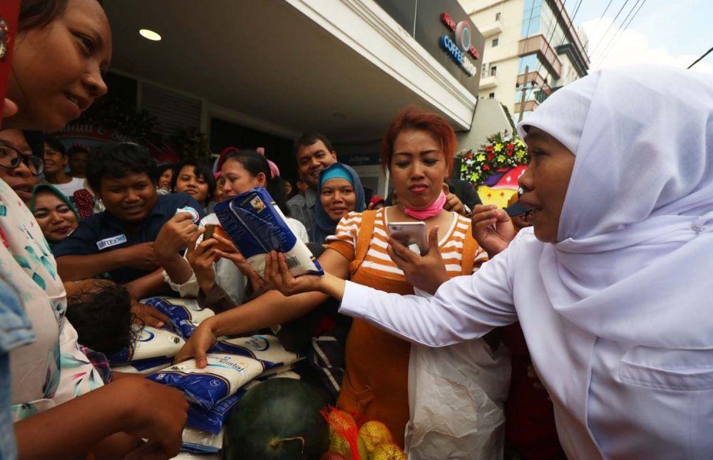 Gubernur Khofifah saat memberikan gula gratis untuk ratusan warga di pasar buah dan gula murah Jalan Jimerto 17A, Surabaya