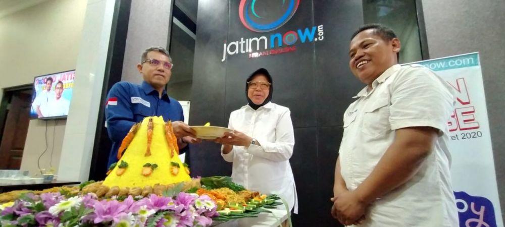 Wali Kota Risma memberikan potongan tumpeng kepada Pemred jatimnow.com Budi Sugiharto didampingi Wapemred Rois Jajeli