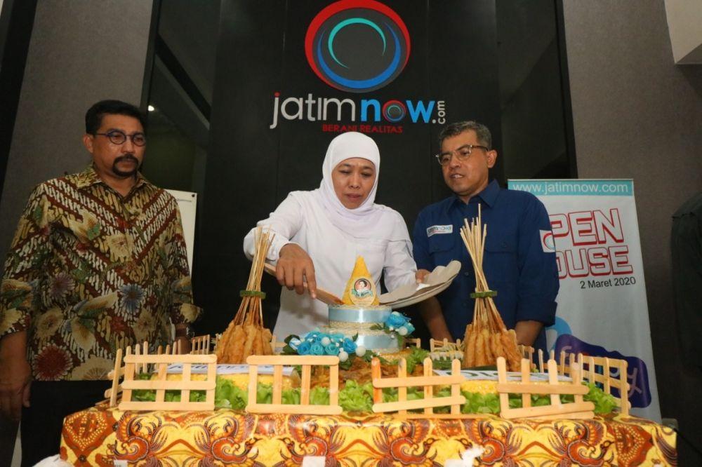 Gubernur Khofifah memotong tumpeng didampingi mantan Kapolda Jatim Irjen Pol (Purn) Machfud Arifin (kiri) dan Pemred jatimnow.com Budi Sugiharto