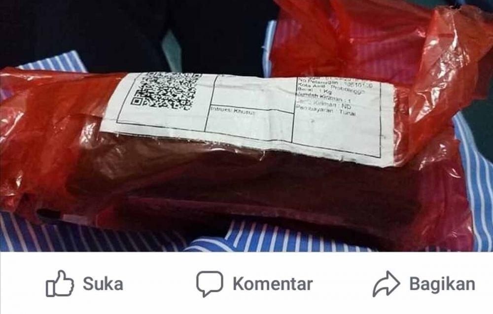Paket berisi handphone yang dikirimkan Ibu berhati mulia asal Probolinggo ke pemiliknya