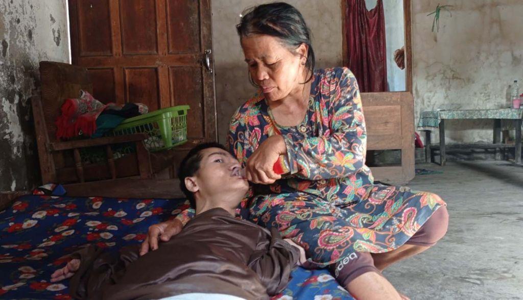 Hartono saat dirawat Waginem, ibunya