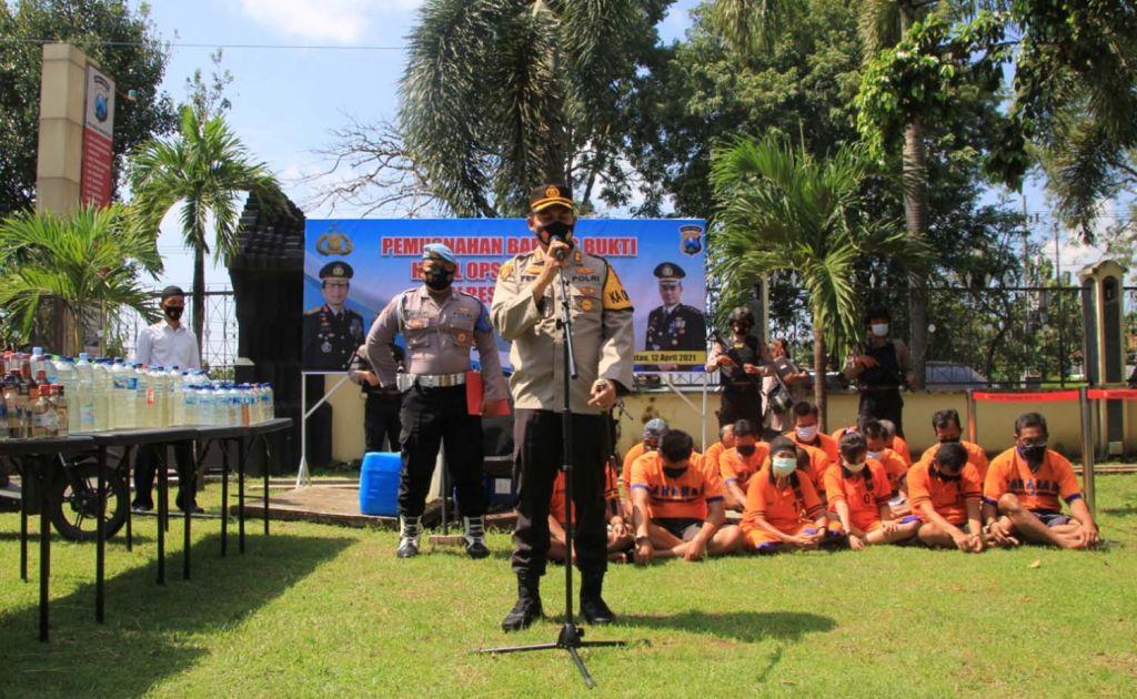 Kapolres Magetan, AKBP Festo Ari Permana menunjukkan hasil Operasi Pekat Semeru 2021 yang digelar sebelum ramadan