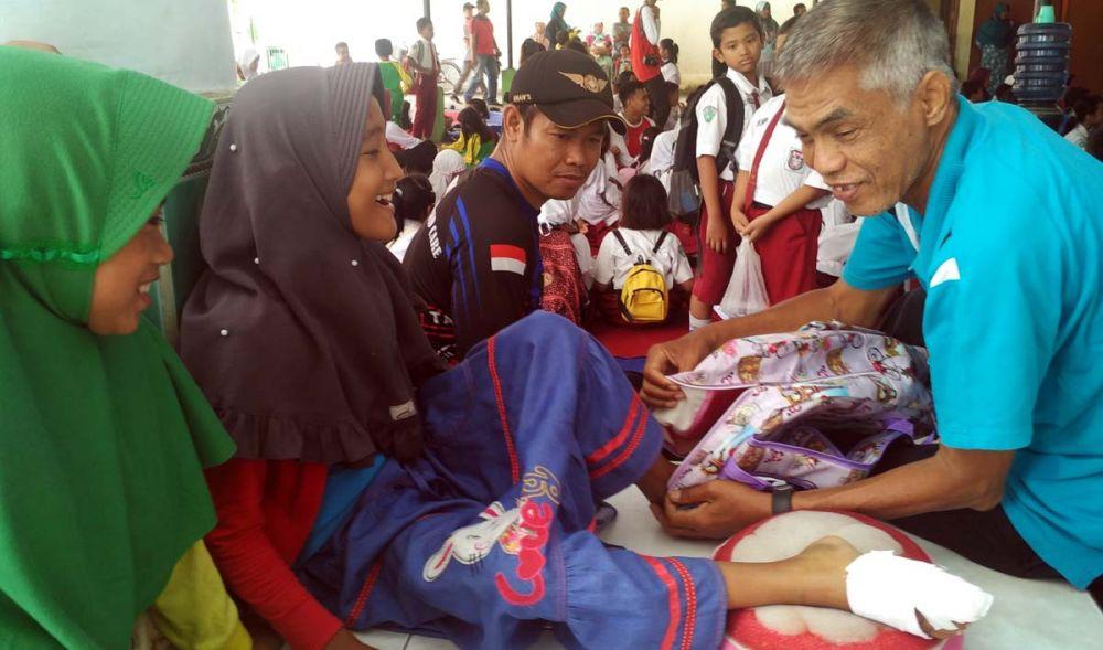 Kaki kanan Hilda masih diperban akibat tertimpa reruntuhan atap ruang kelas SDN Gentong, Kota Pasuruan