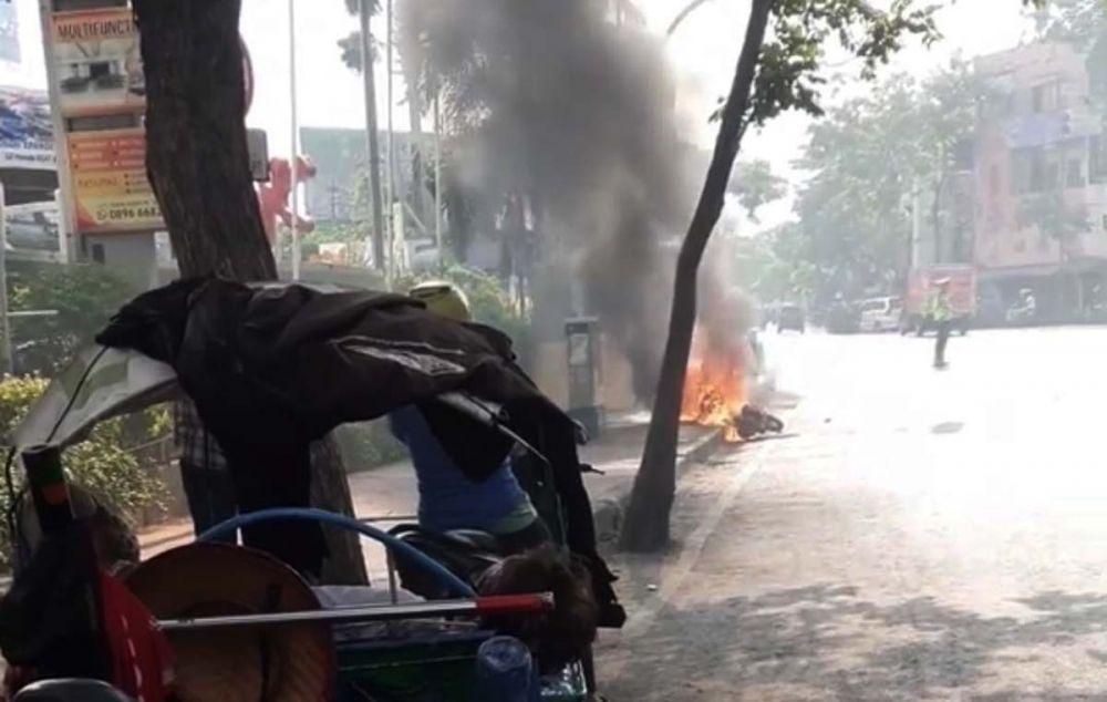 Motor Honda Beat terbakar di dekat BG Junction, Surabaya