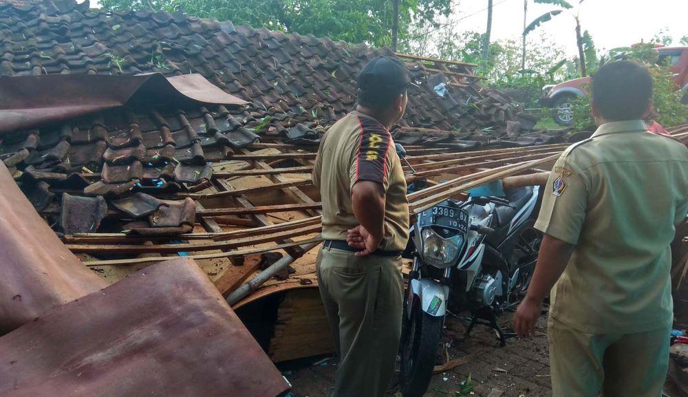 Rumah warga di Blitar ambruk akibat hujan angin