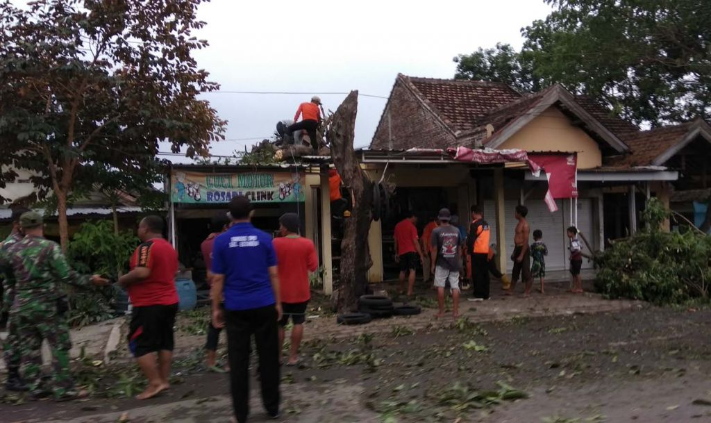 Rumah rusak akibat hujan angin di Mojokerto