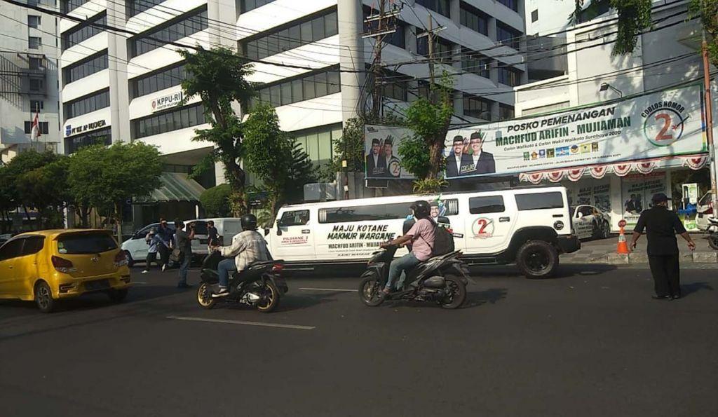 Mobil Hummer Limousin berstiker Machfud Arifin-Mujiaman keliling Surabaya