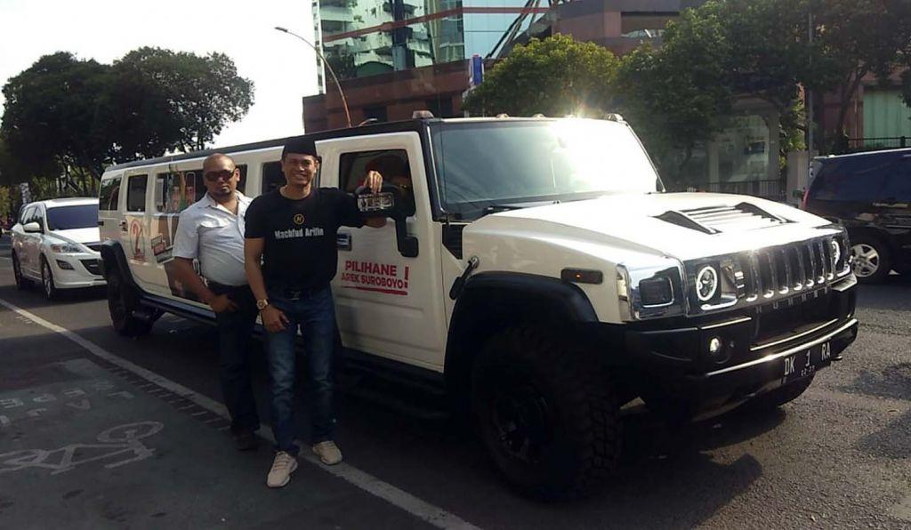 drg David (kanan), pemilik mobil Hummer Limousin berstiker Machfud Arifin-Mujiaman yang keliling Surabaya
