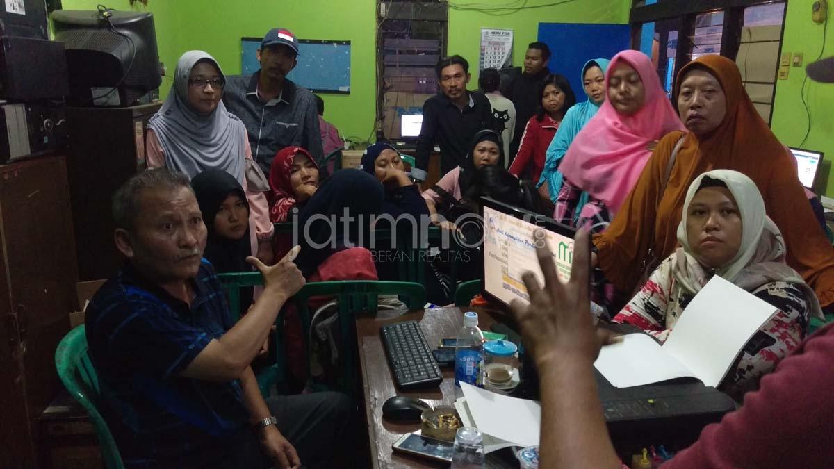 Tuntut Informasi Bangku Kosong Wali Murid Geruduk Diknas Jatim Edited