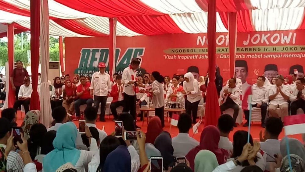 Jokowi saat menerima puisi buatan Ibu Suherman, nenek 80 tahun di Banyuwangi