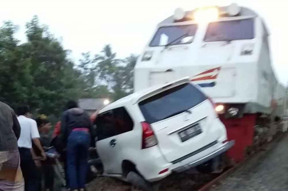 Mobil tertabrak kereta api di perlintasan tanpa palang pintu di Tulungagung