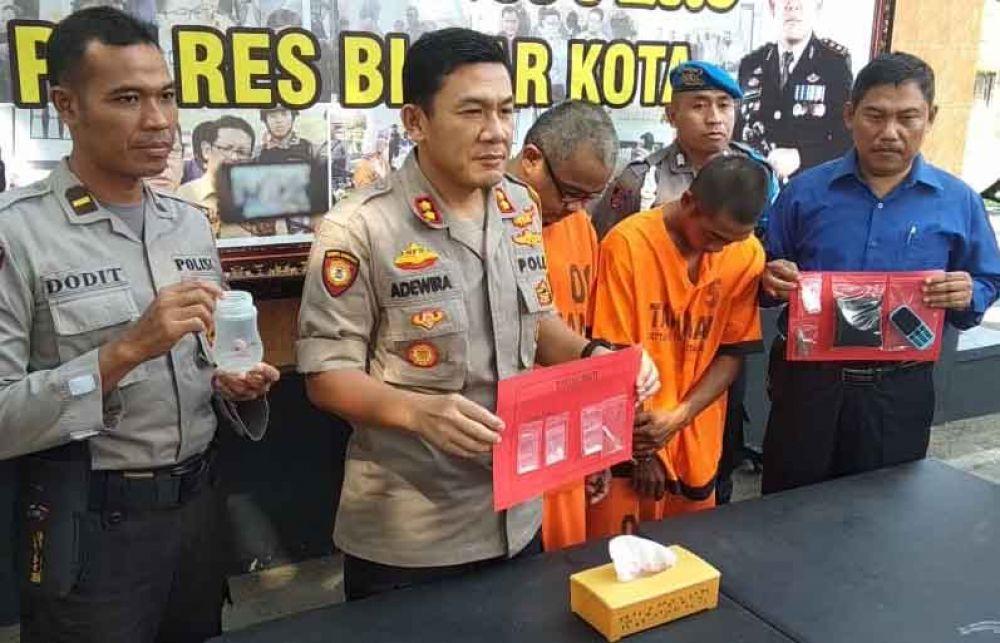 Kapolres Blitar Kota, AKBP Adewira Negara Siregar tunjukkan sabu dan dua tersangka