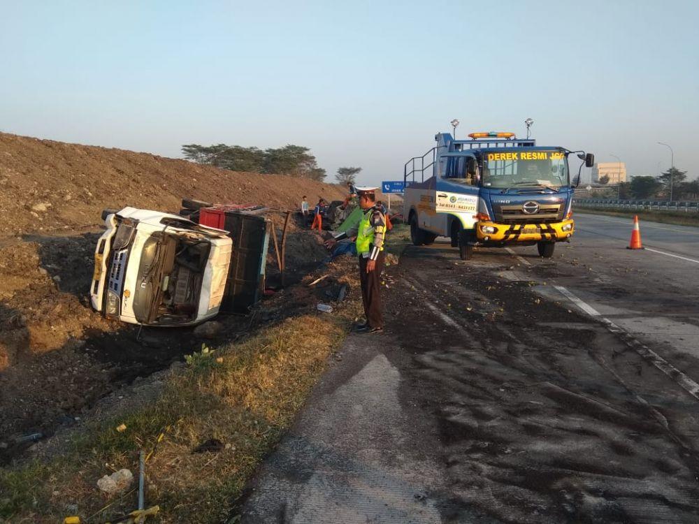 Dump truk yang ditabrak Truk Cold Diesel terguling
