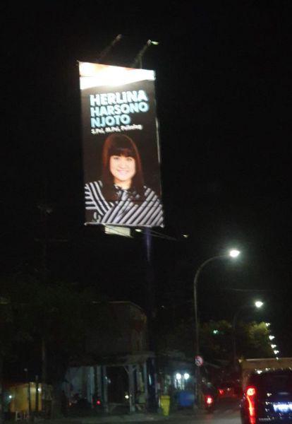 Baliho bergambar Herlina terlihat di kawasan Dupak pada Jumat (20/9/2019) malam./foto: Taufik Rachman
