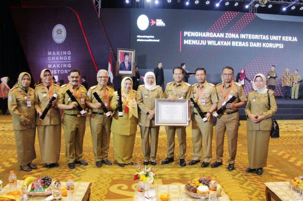 Gubernur Khofifah bersama 13 pimpinan kementerian/lembaga/pemda penerima penghargaan Pemimpin Perubahan dari KemenPAN RB