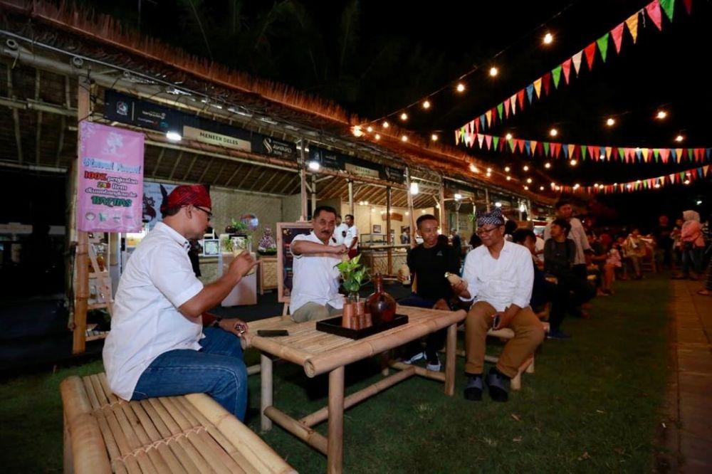 Wakil Bupati Banyuwangi Yusuf Widyatmoko menikmati makanan khas Bumi Blambangan dalam festival kuliner lokal