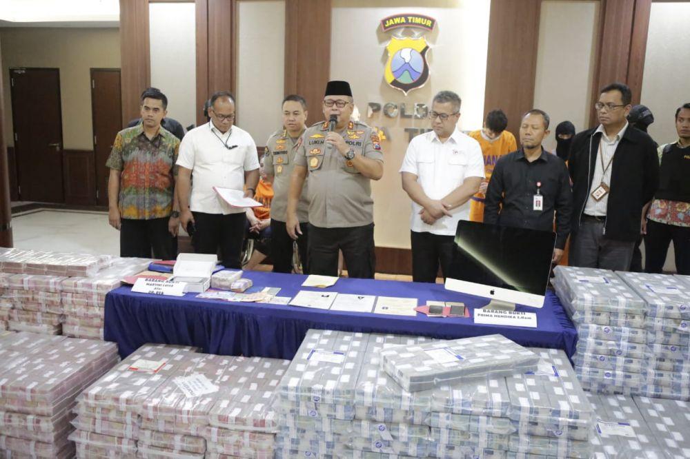 Kapolda Jatim Irjen Pol Luki Hermawan mengumumkan dua tersangka baru dalam kasus investasi bodong beromzet ratusan miliar