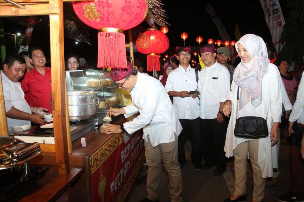 Bupati Anas mencoba makanan yang dijajakan dalam Pecinan Street Food Banyuwangi