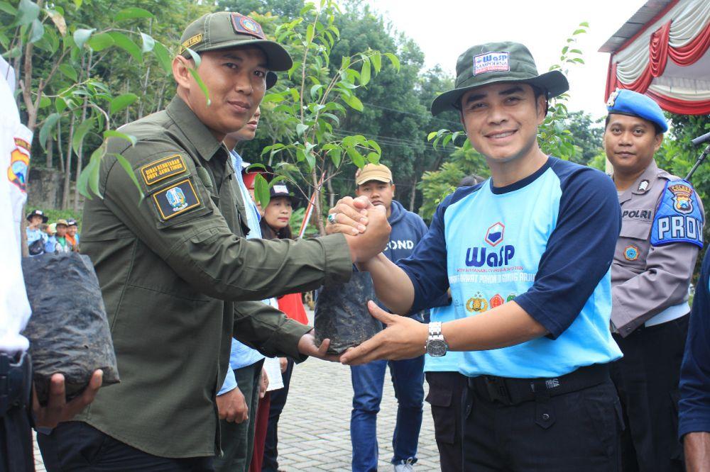 Kapolres Pasuruan AKBP Rofiq Ripto Himawan saat ikut menanam pohon di Gunung Arjuno-Welirang Blok Ringgit