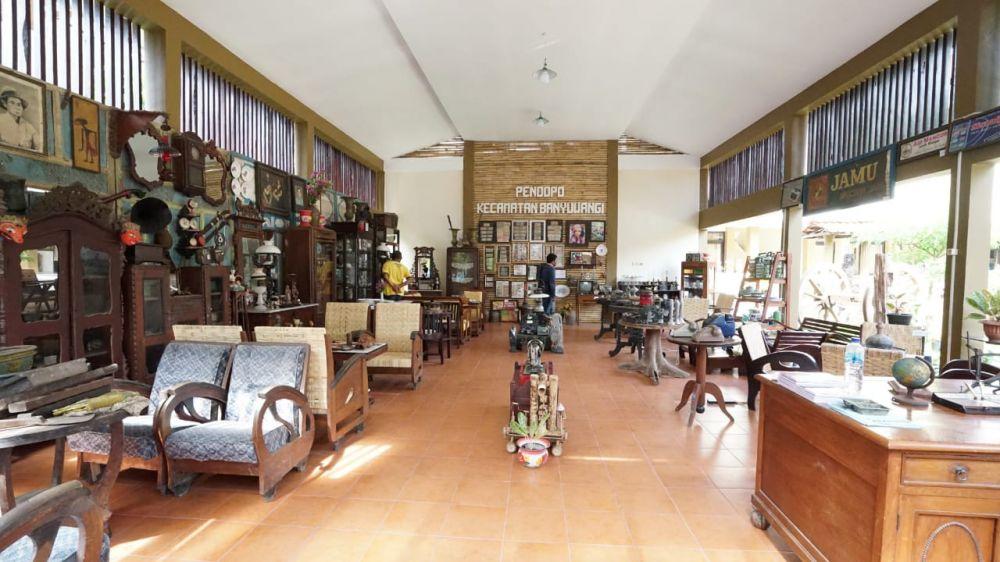 Pameran barang antik di halaman kantor Kecamatan Kota Banyuwangi