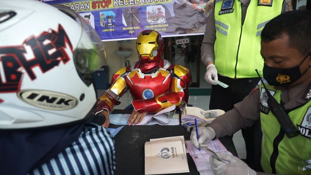 Iron Man menindak para pelanggar lalu lintas di Mojokerto