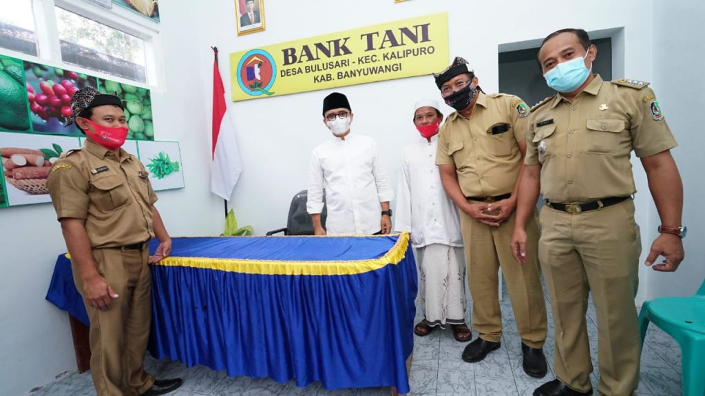 Bupati Banyuwangi Abdullah Azwar Anas meresmikan bank tani Desa Bulusari, Kecamatan Kalipuro