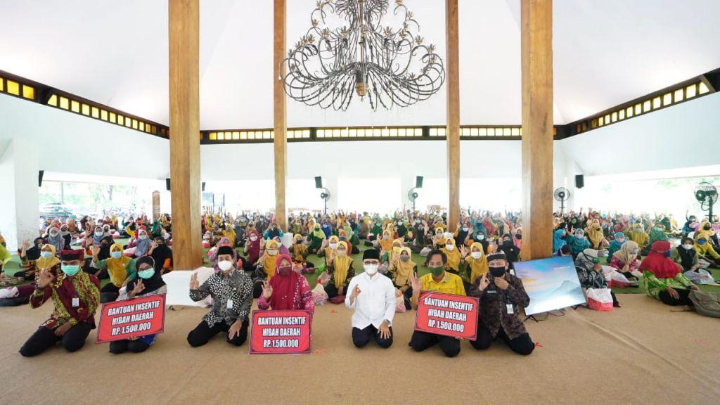 Bupati Banyuwangi Abdullah Azwar Anas menyerahkan insentif untuk para guru TK dan PAUD