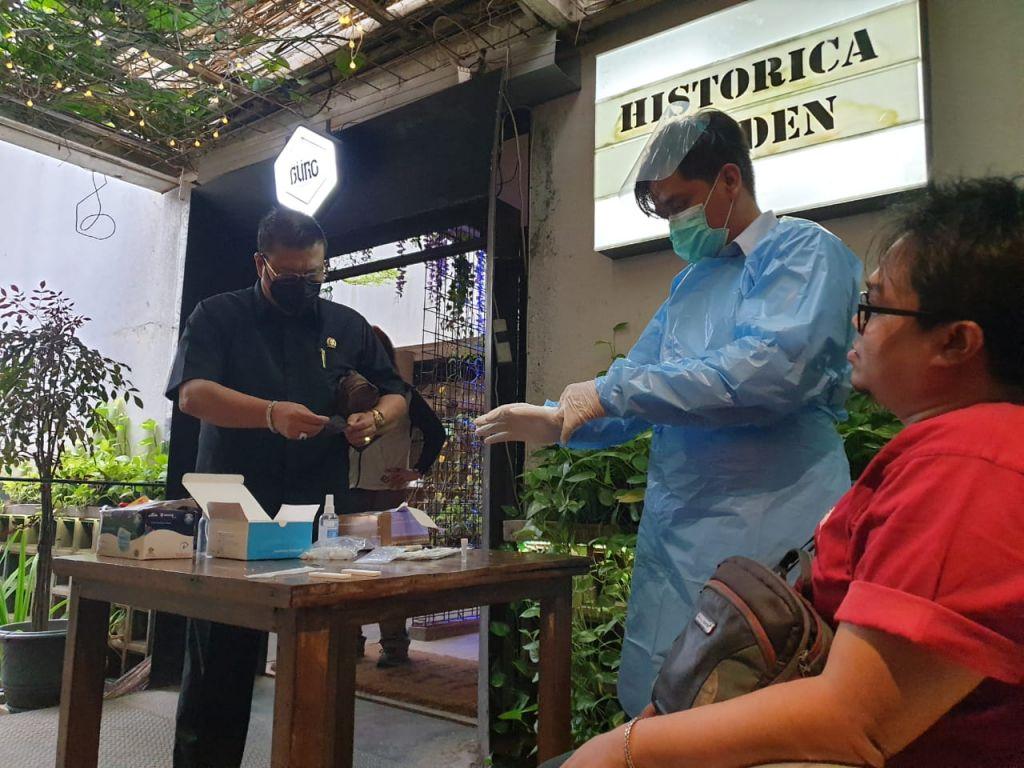 Rapid test antigen untuk para pengunjung Buro Beer Garden, Surabaya