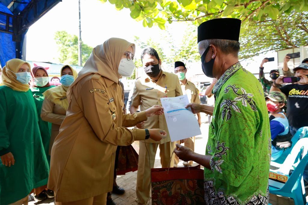 Bupati Banyuwangi, Ipuk Fiestiandani meninjau proses vaksinasi takmir masjid di Puskesmas Kebaman, Kecamatan Srono